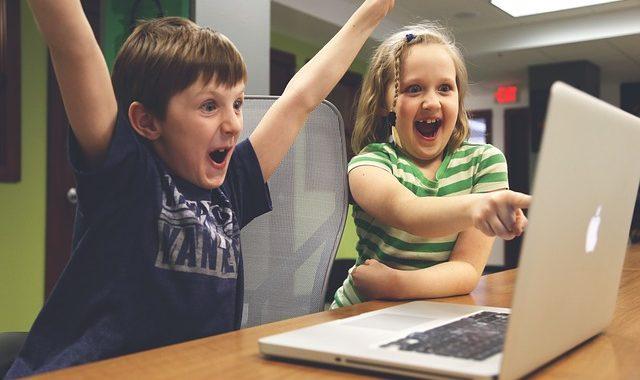 enfants devant ordinateur