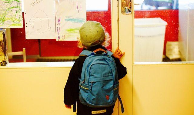 rentree-en-maternelle-porte-entrée-classe