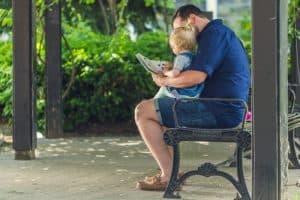 père faisant la lecture à un bébé